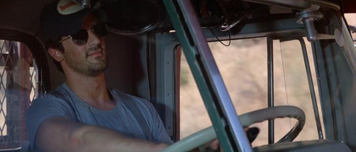 over-the-top-bras-de-fer-stallone-souriant-au-volant-de-son-camion