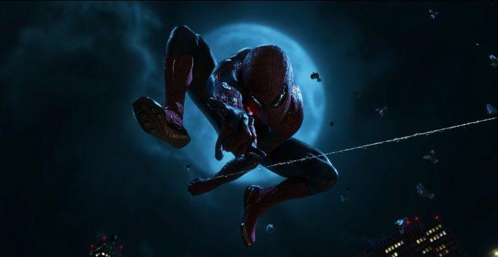 the-amazing-spiderman-se-balancant-dans-le-ciel