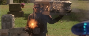 Le Terminator Mini-gun à la main aux prises avec les forces de l'ordre