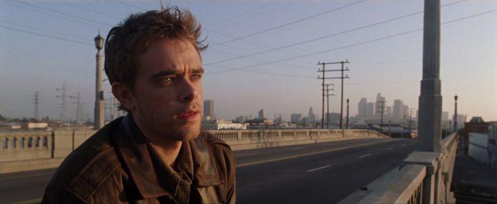 Terminator-3-le-soulvement-des-machines-john-connor-sur-un-pont