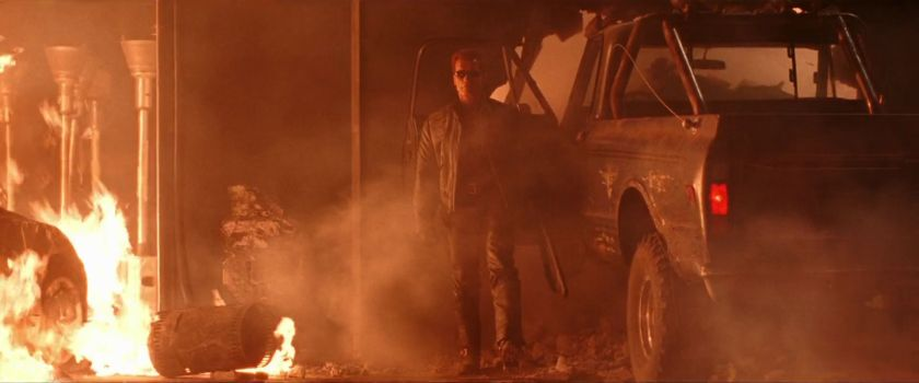 Terminator-3-le-terminator-sortant-de-son-pickup-derriere-des-flammes-causées-par-une-explosion