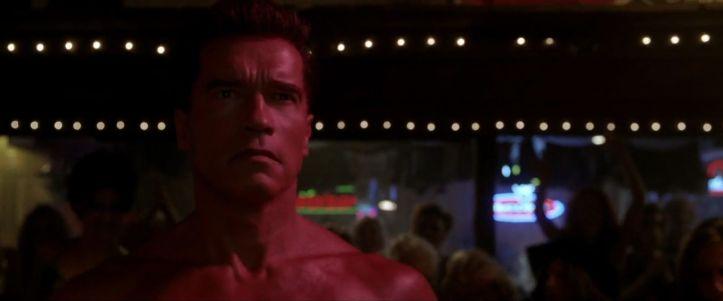Terminator-3-movie-le-terminator-arrive-nu-dans-un-club-de-striptease