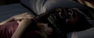 Dès le début du film, Zoe semble faire des rêves prémonitoires où elle semble en Enfer.