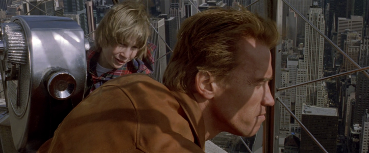 last-action-hero-danny-regarde-jack-découvrant-new-york