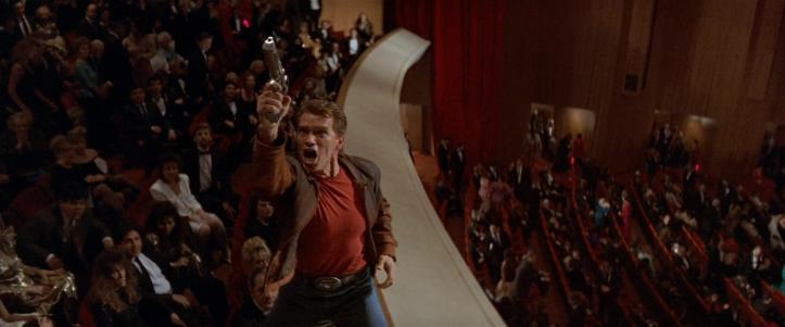 last-action-hero-jack-slater-dans-une-salle-de-cinéma-braquant-avec-son-pistolet-l'éventreur