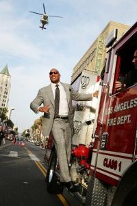 Dwayne Johnson fait une arrivée très remarquée à l'avant première de San Andreas à Los Angeles
