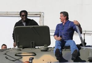 """Sylvester Stallone et Wesley Snipes - Les acteurs du film """"Expendables 3"""" arrivent à bord d'un char militaire devant l'hôtel Carlton pour le photocall du film dans le cadre du 67ème festival du film de Cannes, le 18 mai 2014."""