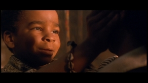 Un des moments les plus touchant du film où un enfant perdu reconnait Peter Pan malgré son age.