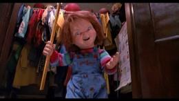 Chucky va apprendre les bonnes manières à une maitresse d'école.