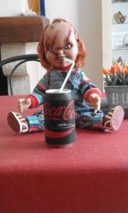 """Oui, Chucky maintenant c'est ca! Rappelons nous de la scène dans Chucky 2 où un policier abordait le personnage de Kyle kidnappée par Chucky qui saignait du nez. Sur cette phrase dite par la jeune femme """"certaines poupées font pipi, celle là elle saigne"""" difficile de ne pas rire devant La fiancée de Chucky en voyant que Chucky mange et boit."""
