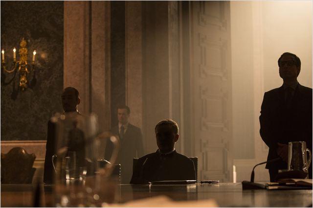 spectre joue la carte du bad guy mystérieux dont l'identité ne sera dévoilée que vers la fin du film