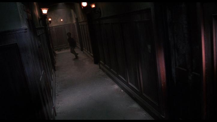 tout fou long couloir maison wes craven sous sol de la peur