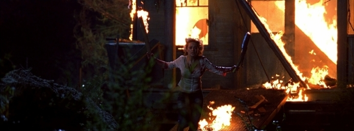 freddy contre jason lori sort d'une cabane de crystal lake en feu
