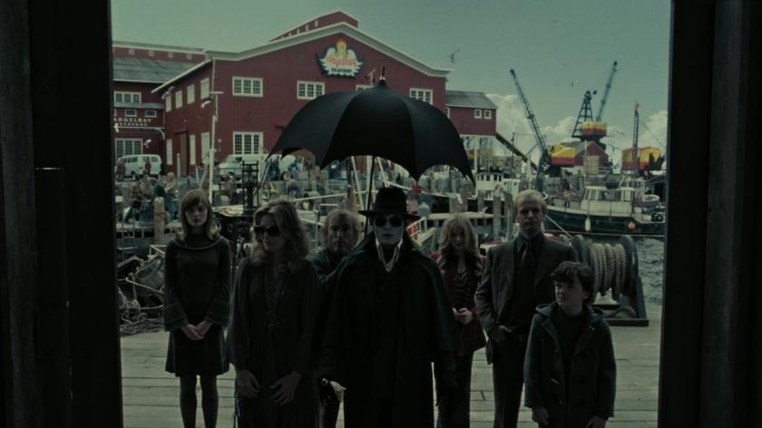 Dark_Shadows_2012 barnabas entouré de la famille collins