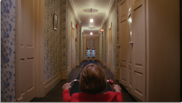 shining danny face aux jumelles dans le couloir de l hotel overlook