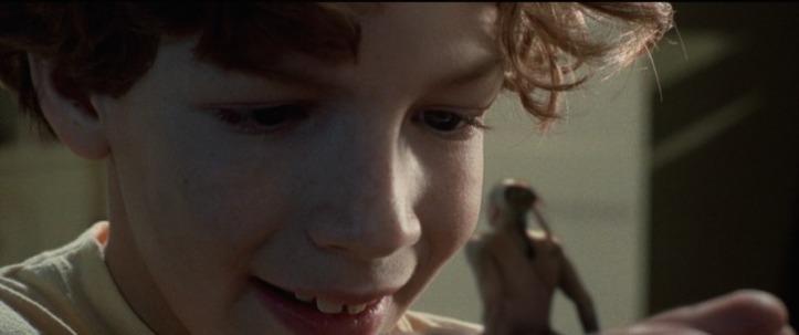 l'indien du placard omri tenant dans sa main le petit indien ours rapide