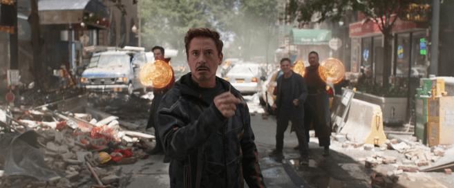 avenger infinity war tony stark aux cotés de bruce banner, doctor strange et wong