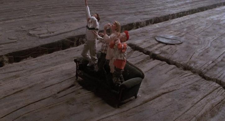 cherie j'ai retreci les gosses les enfants szalinski et les enfants thompson miniatures sur un canapé