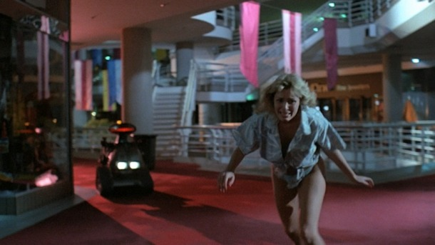 Chopping mall blonde poursuivie par un robot tueur