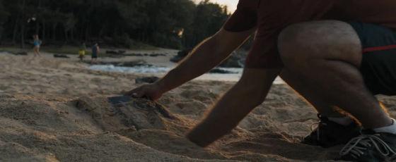 jumanji bienvenue dans la jungle le jeu de société retrouvé sur une plage et déterré