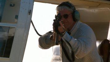 l-arme-fatale-gary-busey-dans-un-helicoptere-visant-avec-un-sniper-ConvertImage