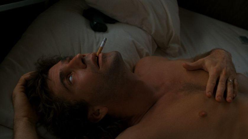 l-arme-fatale-martin-nu-dans-son-lit-cigarette--la-bouche-ConvertImage