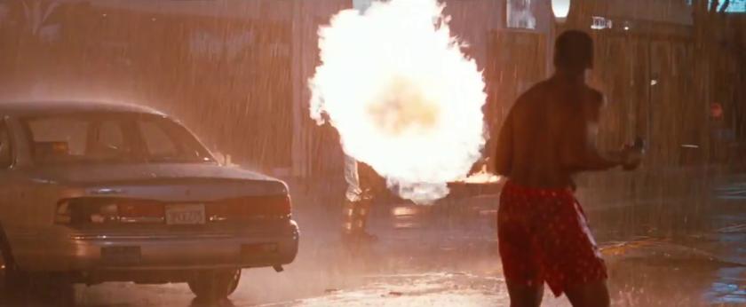 l'arme fatale 4 murtaugh en calecon face à un criminel armé d'un lance flammes