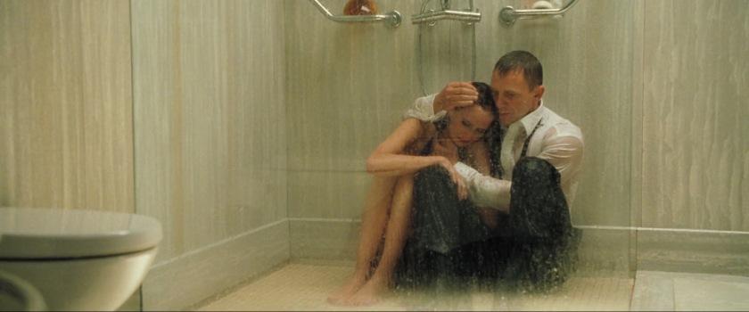 casino royale 2006 james reconfortant vesper sous la douche