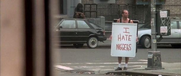 die hard 3 une journée en enfer john mcclane et sa pancarte raciste
