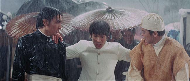 la fureur de vaincre chen zhen arrive en retard à l'enterrement de son maitre