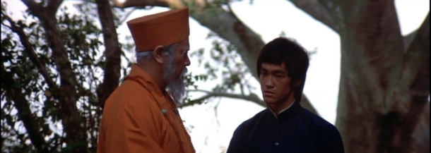 operation dragon bruce lee au temple shaolin parlant avec son maitre