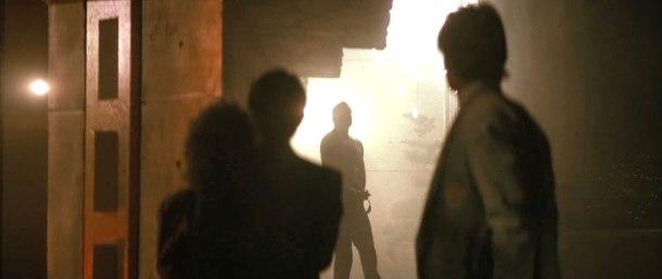Piege de cristal die hard john mcclane face à hans et un de ses hommes retenant holly