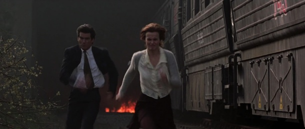 Goldeneye james bond et natalya echappent à l'explosion d'un train