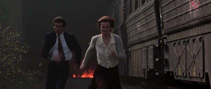 Goldeneye james bond et natalya echappent à l'explosion d'un train