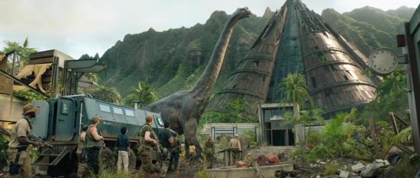 jurassic world fallen kingdom brachiosaure se promenant dans les débris de jurassic world sous les yeux de mercenaires owen et ses amis