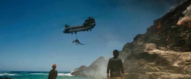 jurassic world fallen kingdom dinosaure capturé par un helicoptere