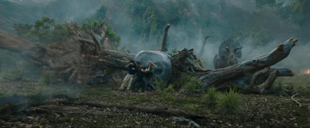 jurassic world fallen kingdom franklin owen et claire se protégeant durant la fuite des dinosaures