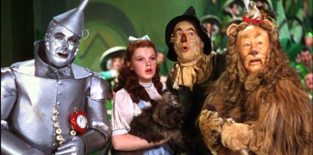 le magicien d oz dorothy et toto aux cotés de l homme de fer l'épouvantail et le lion