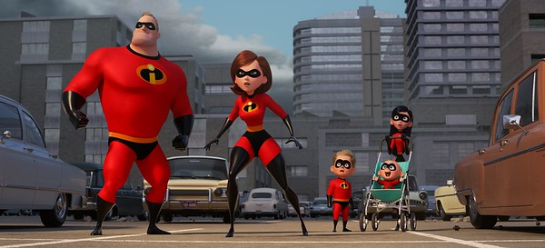 les indestructibles la famille au grand complet en tenue de super héros et face au démolisseur