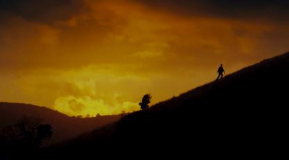 les vacances de mr bean balade sur une coline au soleil couchant