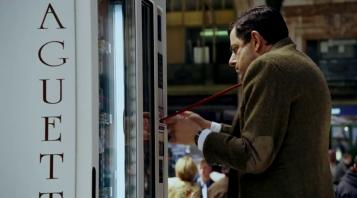 les vacances de mr bean cravatte coincée dans un distributeur