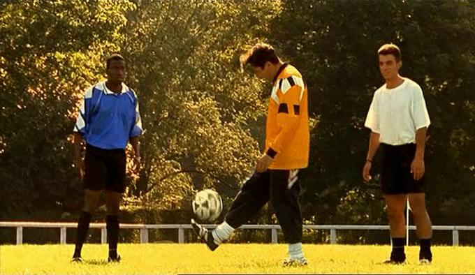 Didier jongle avec un ballon de foot