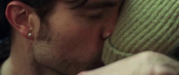 good time connie embrassant le front de son frère