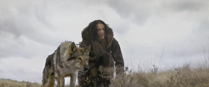 alpha keda aux cotés de son loup apprivoisé