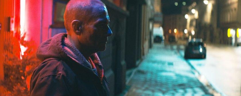 lukas attendant dans la rue la nuit