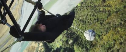 mission impossible fallout ethan cramponné à un helicoptere