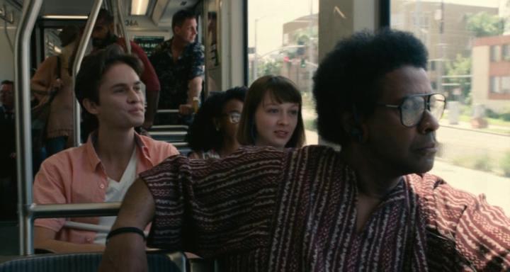 l'affaire roman j israel en tenue décontracter écoutant de la musique dans le métro