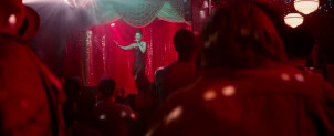 a star is born ally se produisant dans un bar de drag queen
