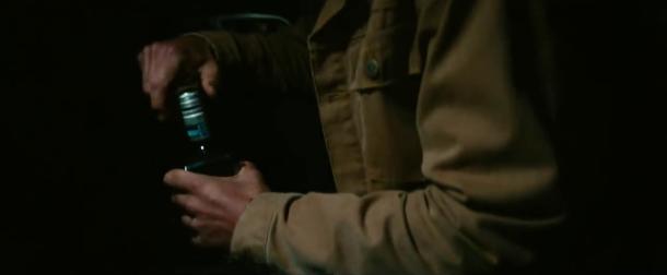 A star is born jackson maine dans sa voiture bouteille de whisky à la main