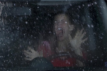 destination finale 4 janet piegee dans sa voiture dans une station de lavage